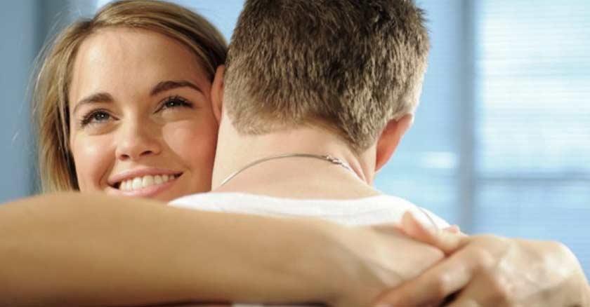 esposa mujer abrazando a su esposo feliz sonriendo