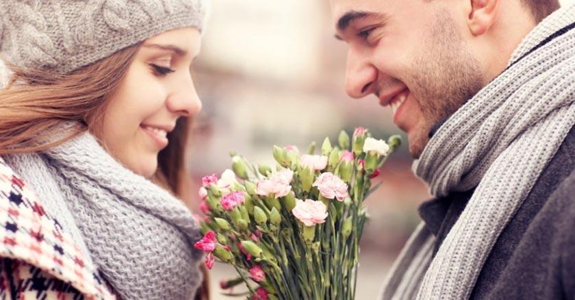 esposa regalando flores a su esposa pareja matrimonio feliz