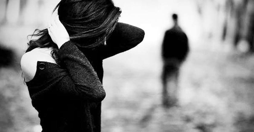 esposa tomandose la cabeza con sus manos agobiada esposo alejandose blanco y negro