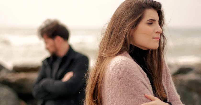 esposa y esposo peleados mirando lados opuestos vista al mar