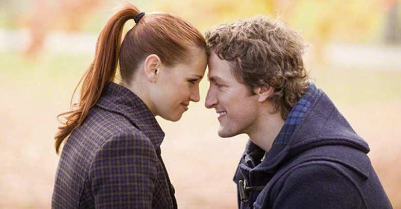 esposo esposa pareja viendose de frente juntos sonriendo