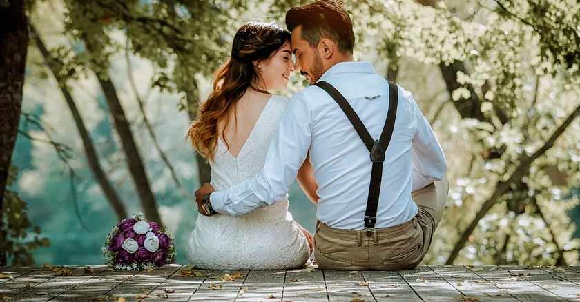 esposo-esposa-sentados-compartiendo-matrimonio-feliz-saludable-mujer-pieza-clave.jpg