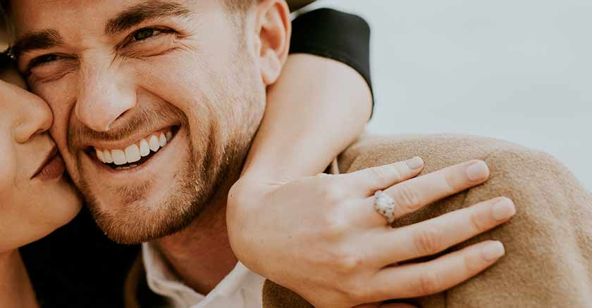 esposo-feliz-abrazado-cosas-que-necesita-tu-esposo.jpg