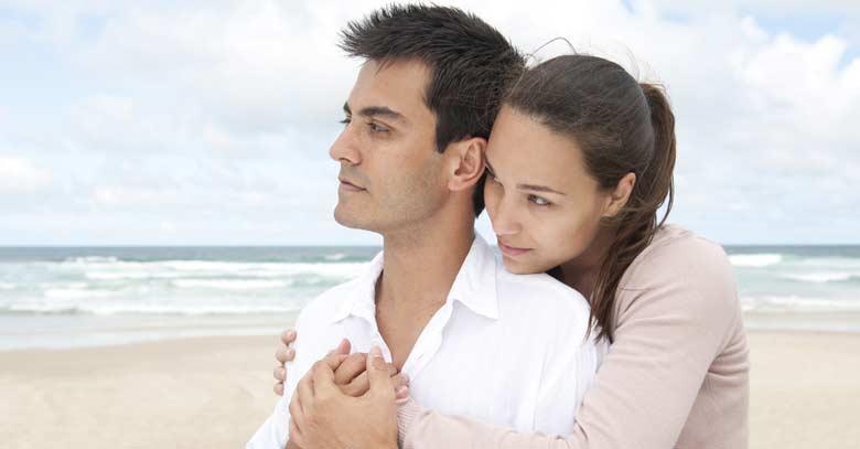 esposos apoyo abrazo
