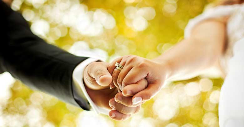 esposos boda unidos de las manos en matrimonio