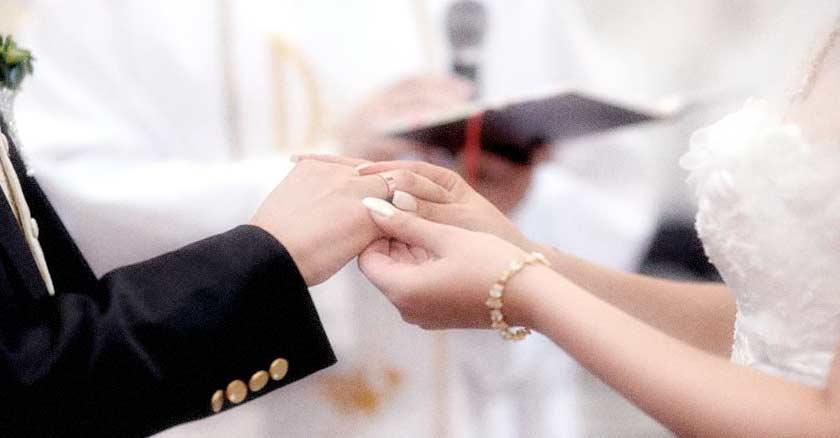 esposos celebrando su matrimonio manos tomadas altar