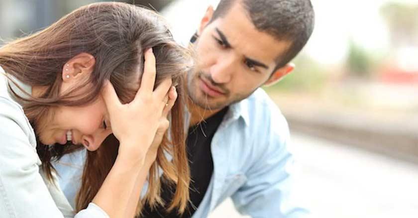 esposos discutiendo matrimonio hombre y mujer llorando agarrando su cabello