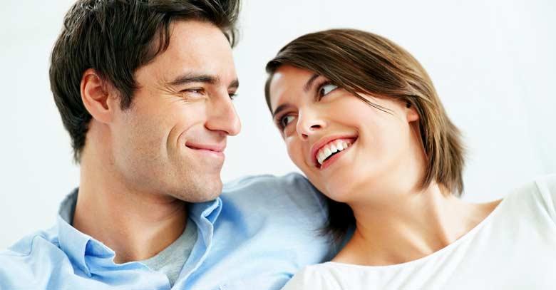esposos mirandose felices fondo blanco