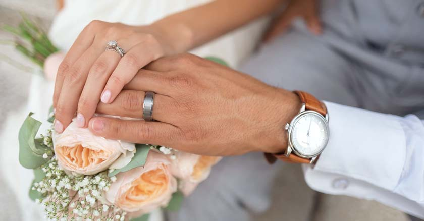esposos recien casados en boda sostiene ramo de flores matrimonio