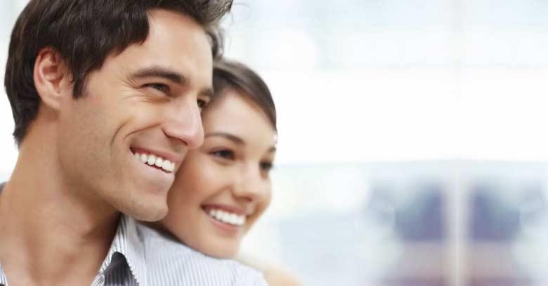 esposos sonriendo matrimonio feliz