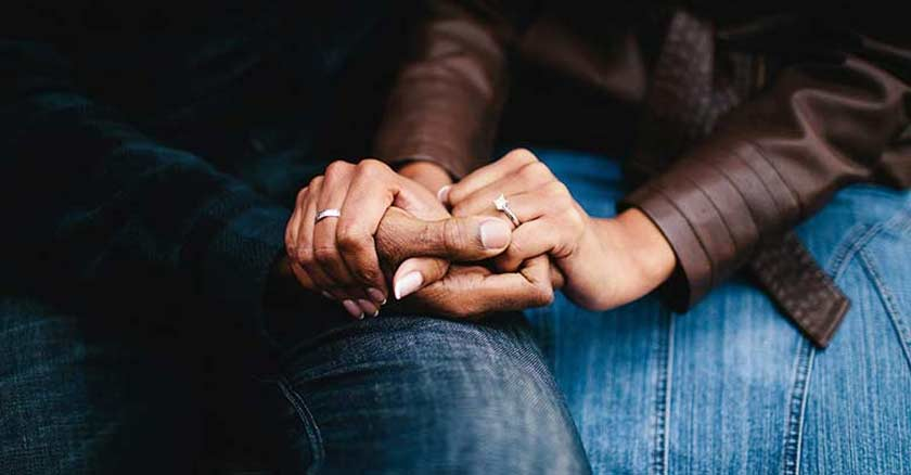 esposos tomados de la manos con fuerza matrimonio en crisis