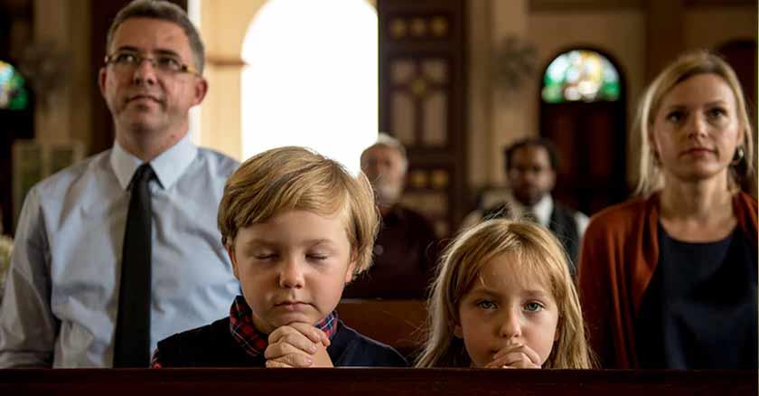 familia-reunida-iglesia-rezando-sagrada-familia-santa.jpg