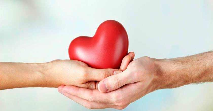 formas-de-expresar-amor-al-projimo-manos-sosteniendo-corazon-rojo.jpg