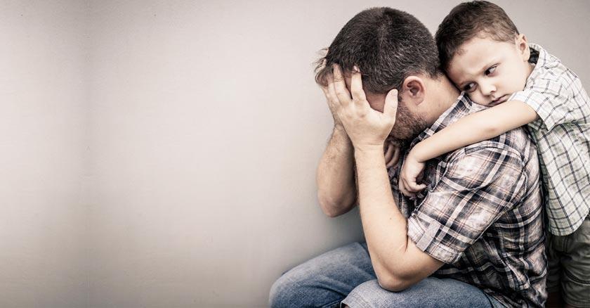 hijo molesto abrazando a su padre frustrado por la espalda sentado