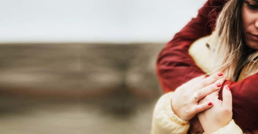hombre abraza mujer por detras triste soledad