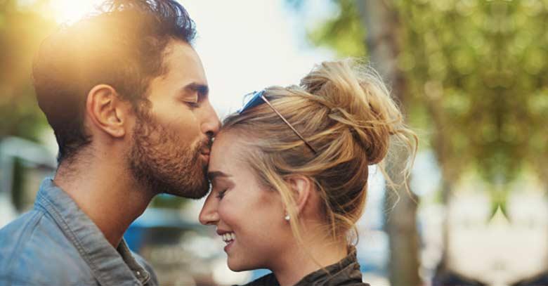 hombre bensando novia frente sonrisa arboles parque