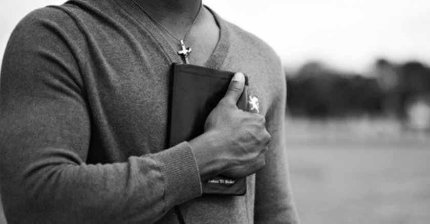 hombre-biblia-enpecho-armas-espirituales-para-ganar-la-batalla-por-la-pureza.jpg