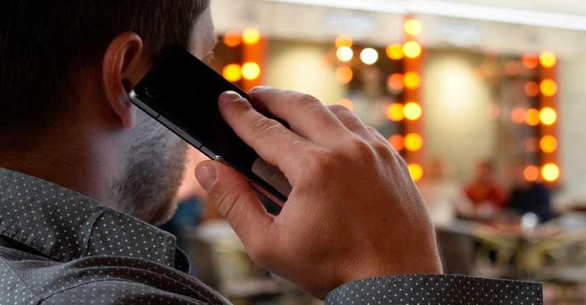 hombre con celular signos caer infidelidad engano virtual