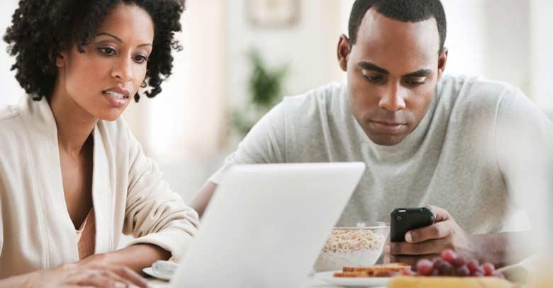 hombre mujer pareja distraidos tecnologia celular
