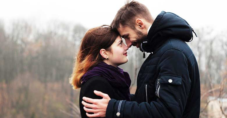hombre mujer viendose frente a frente felices matrimonio
