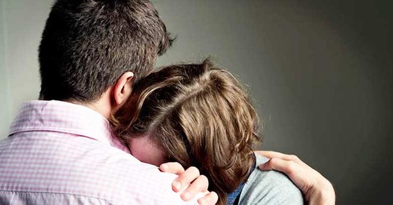 hombre y mujer abrazados triste esposo consuela esposa