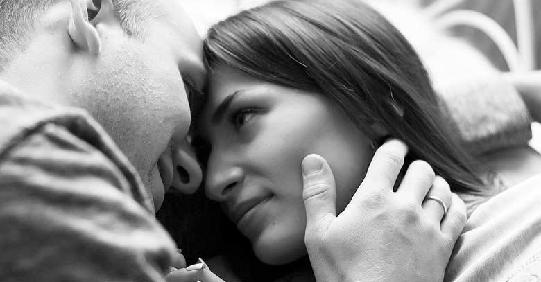 hombre y mujer esposos mirandose fijamente a los ojos blanco y negro
