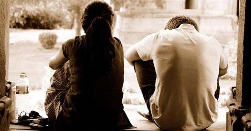 hombre y mujer pareja matrimonio esposos sentados espalda hacia la camara sepia