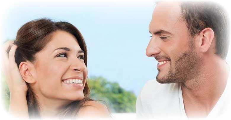 hombre y mujer sonriendo mirandose a la cara