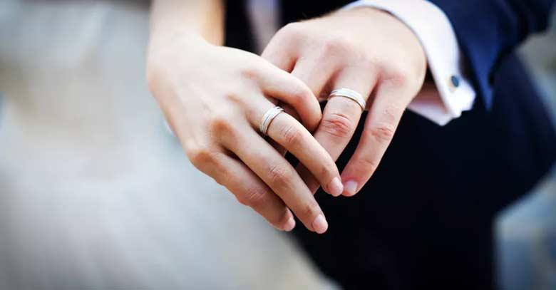 hombre y mujer tomados de la mano matrimonio anillos