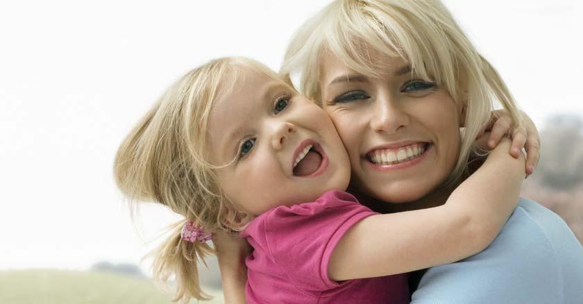 madre e hija mama y su hija abrazadas muy felices sonriendo