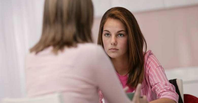 madre teniendo una conversacion con su hija