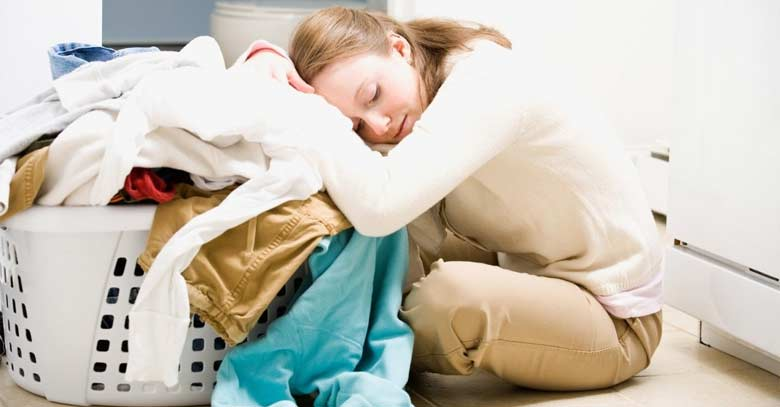mama cansada cesta ropa sucia durmiendo