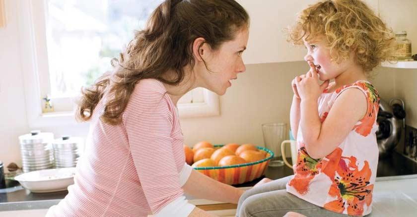 mama hablando con su hija corregir a los hijos