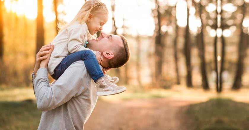 mandamientos-para-ser-buenos-padres-papa-cargando-hija-felices.jpg