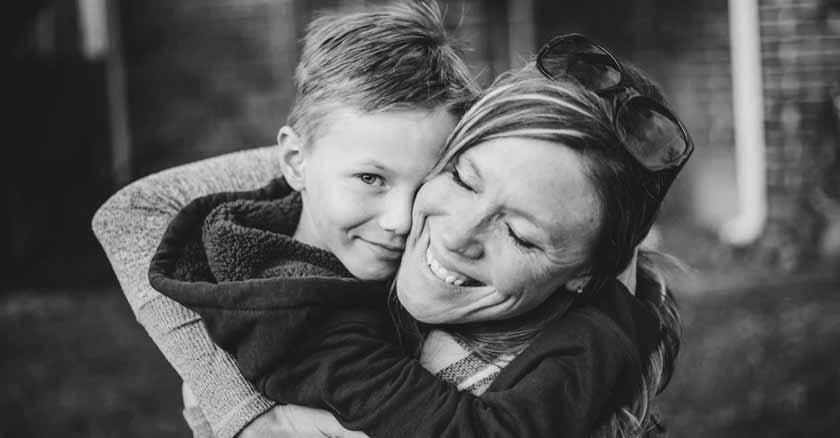 maneras-en-que-los-hijos-aprenden-a-perdonar-mama-abrazando-a-su-hijo-feliz-contentos.jpg