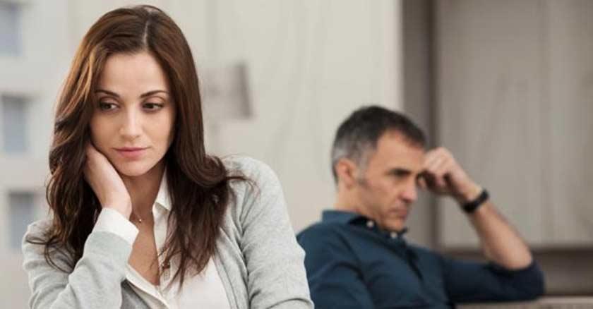 matrimonio divorcio mujer manos en su cabeza preocupada pensando triste esposo alejado