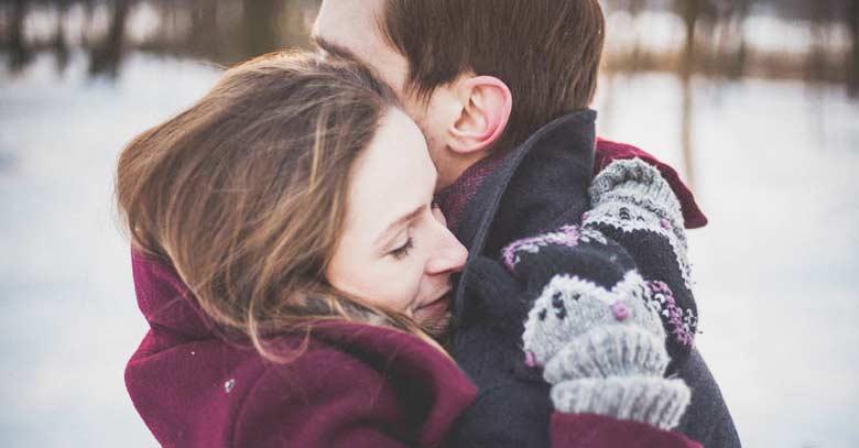 matrimonio esposa abraza pasion amor a su esposo