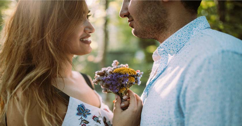 matrimonio esposos felices esposa sostiene pequeno ramo de flores en sus manos