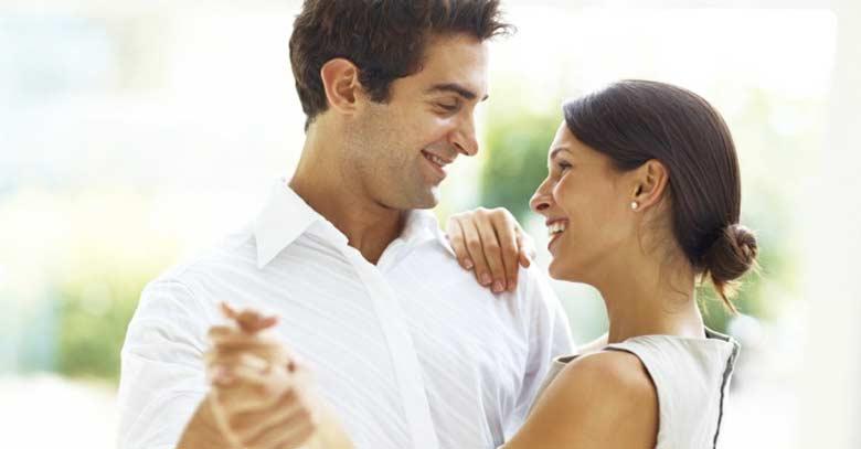 matrimonio esposos mirando uno a otro sonrisa feliz