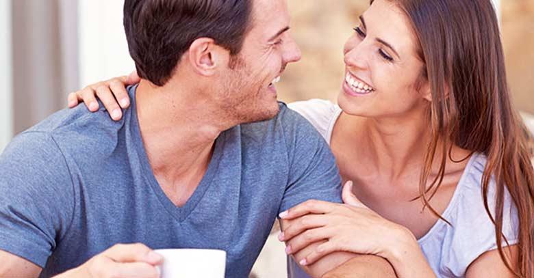 matrimonio esposos mirandose felices esposo sostiene taza
