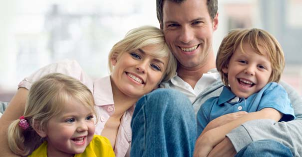 matrimonio feliz padres esposos abrazados con hijos