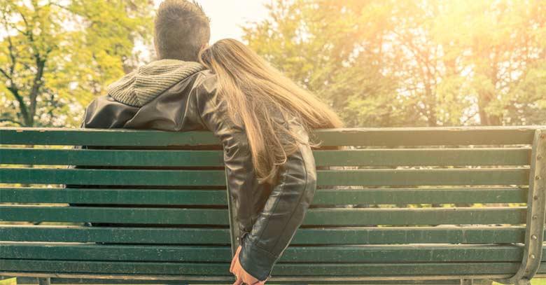 matrimonio hombre mujer pareja sentados banco parque