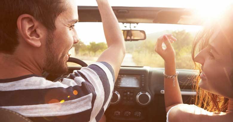 matrimonio pareja esposos felices dentro de auto en el camino