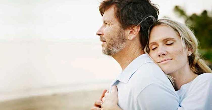 mujer abrazando a hombre consejos para ser un mejor esposo