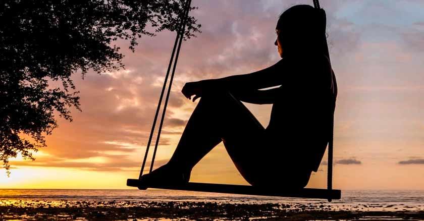 mujer-columpio-playa-como-creer-en-Dios-muerte-de-un-ser-querido.jpg