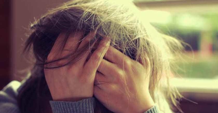 mujer con estres estresada con las manos en su rostro angustia sufrimiento