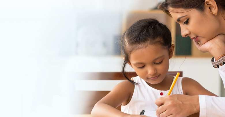 mujer educando a su hija estudiando juntas