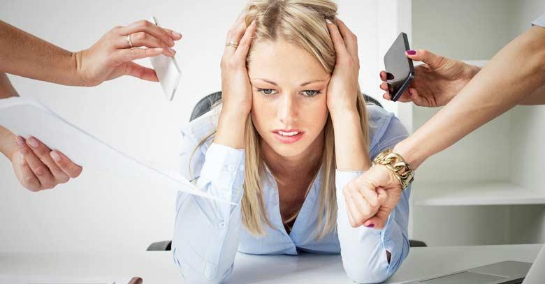 mujer estresada mucho trabajo jefes exigentes