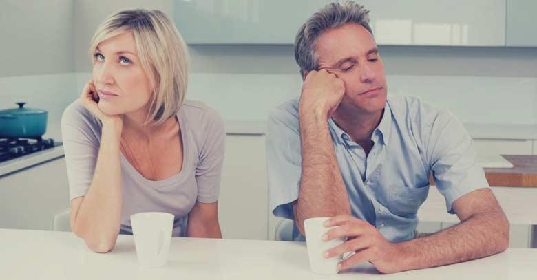 mujer hombre aburridos matrimonio esposos toman cafe