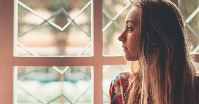 mujer rostro de perfil mirando por una ventana suegra nuera carta